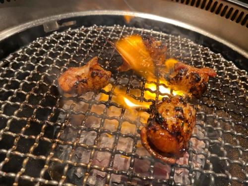 焼肉ガーデンミサワのトロてっちゃん焼いているところ